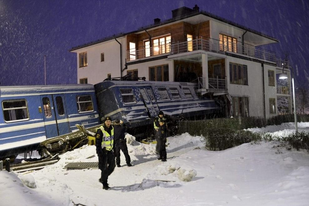 Поезд врезался в дом