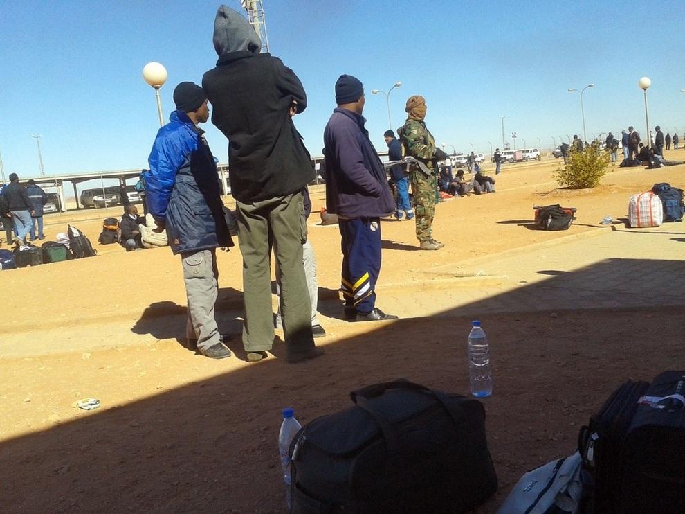 Тайные фотографии от заложников в Алжире (3 фото)