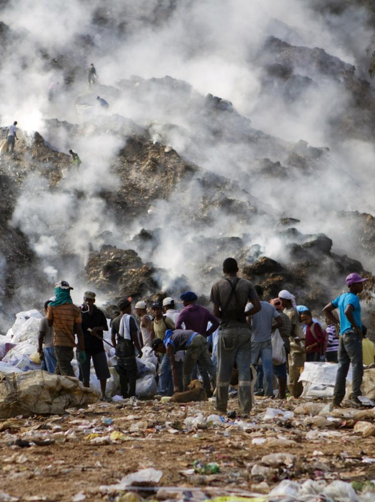 Доминиканские хранители металла и пластика (12 фото)