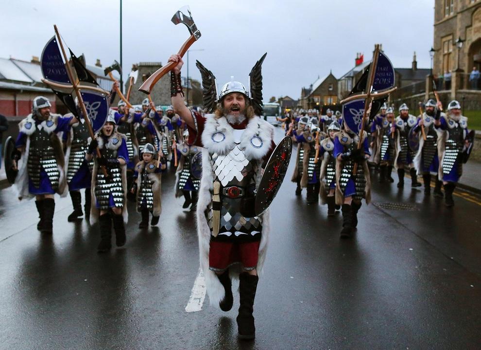 Up Helly Aa! Шетландский фестиваль во славу викингам (14 фото)