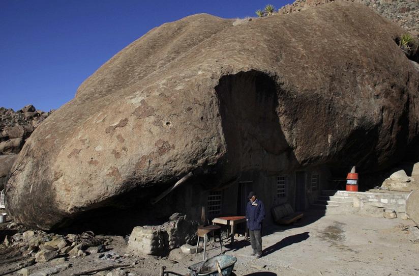 Огромный камень вместо крыши (5 фото)