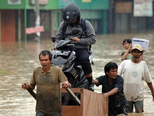 Наводнение поглотило столицу Индонезии (7 фото)
