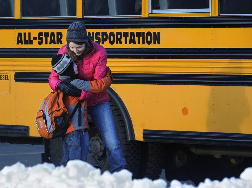 Ученики начальной школы «Сэнди-Хук» вернулись к занятиям (10 фото)