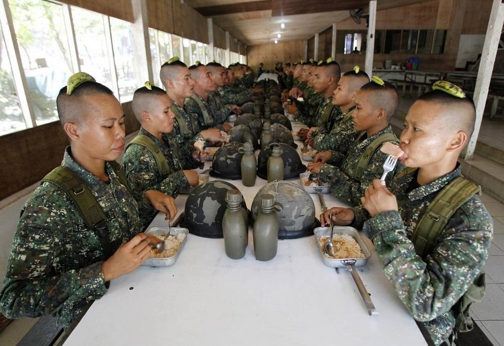 Филиппинские рекруты за ланчем
