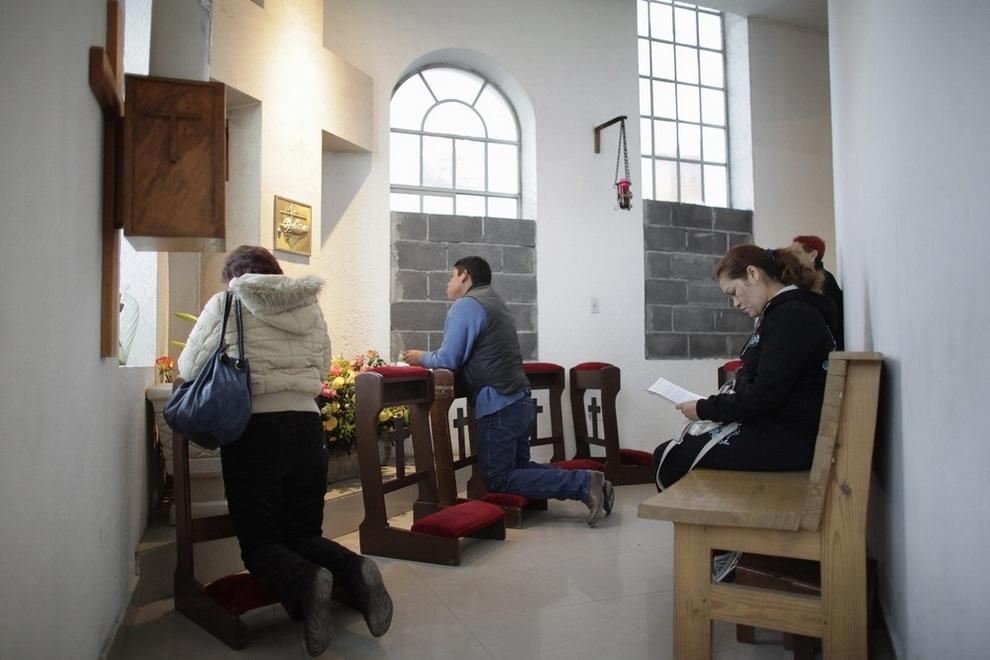 Церковные баррикады в Монтеррее (3 фото)