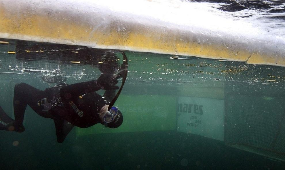 Подводный хоккей на озере Вайсензее (5 фото)