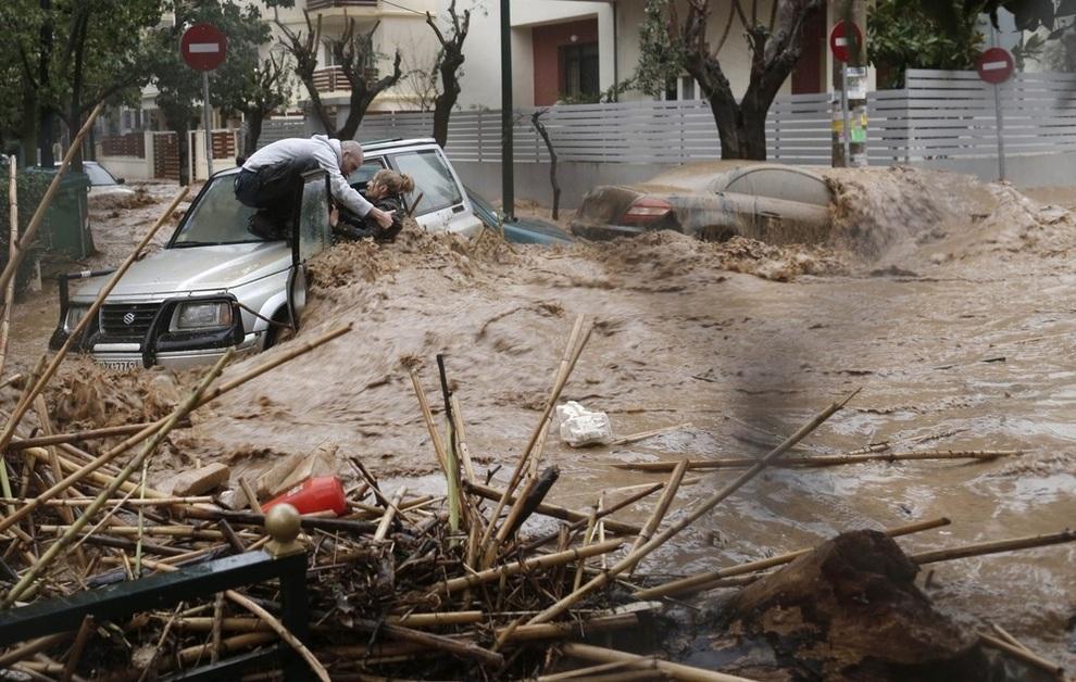 Драматические сцены наводнения в Афинах (4 фото)