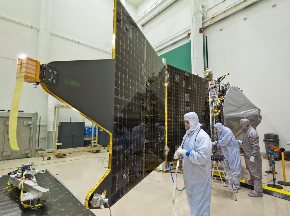 Lockheed Martin закончила сборку марсианского зонда MAVEN (10 фото + видео)