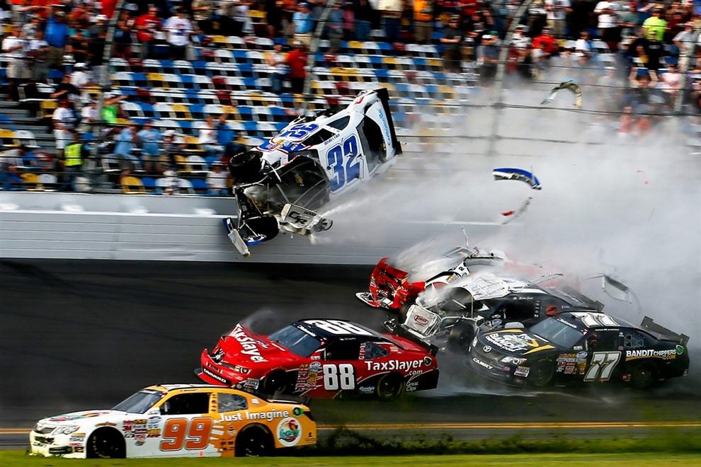 Жуткая авария на первой гонке сезона Nationwide Series (10 фото + видео)