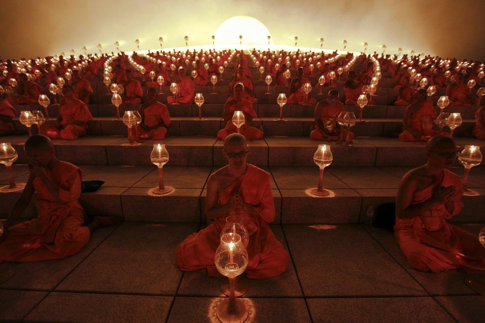 Буддийские монахи на молитве в храме Ват Пхра Дхаммакая во время празднования Макха-Буча, провинция Патхумтхани, Таиланд. (REUTERS/Kerek Wongsa)