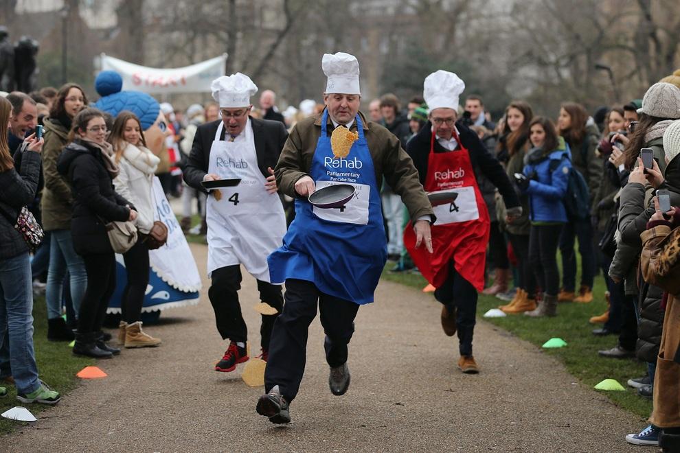 Британские политики приняли участие в забеге со сковородками (4 фото)