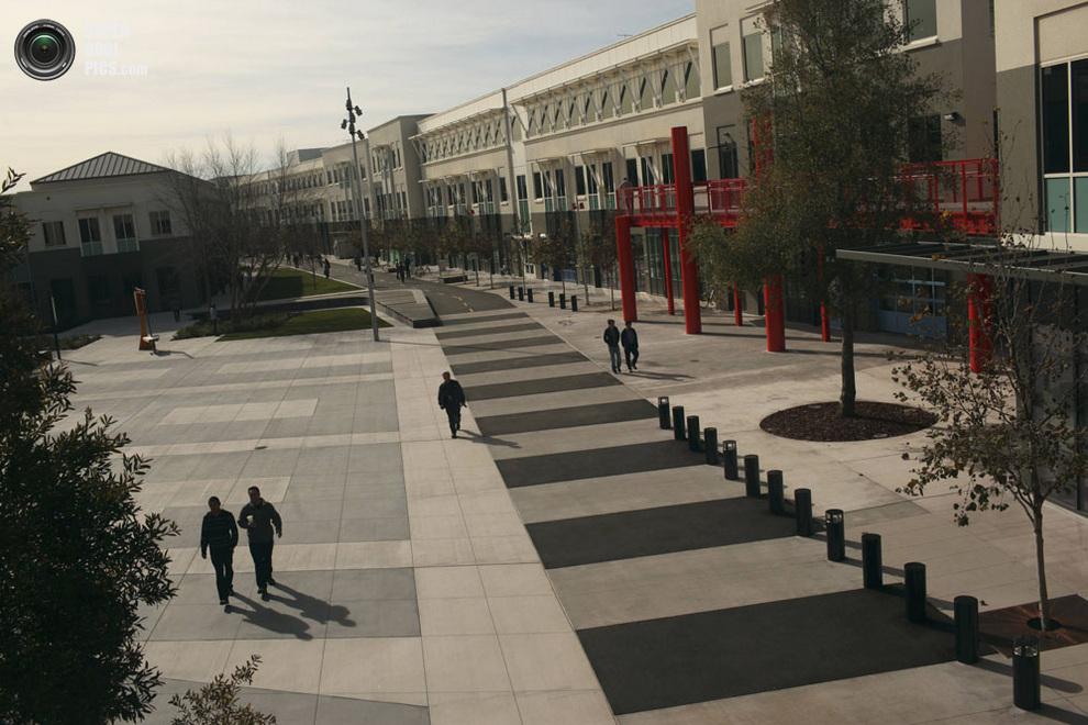 Сотрудники компании прогуливаются по территории городка во время обеденного перерыва. (REUTERS/Robert Galbraith)