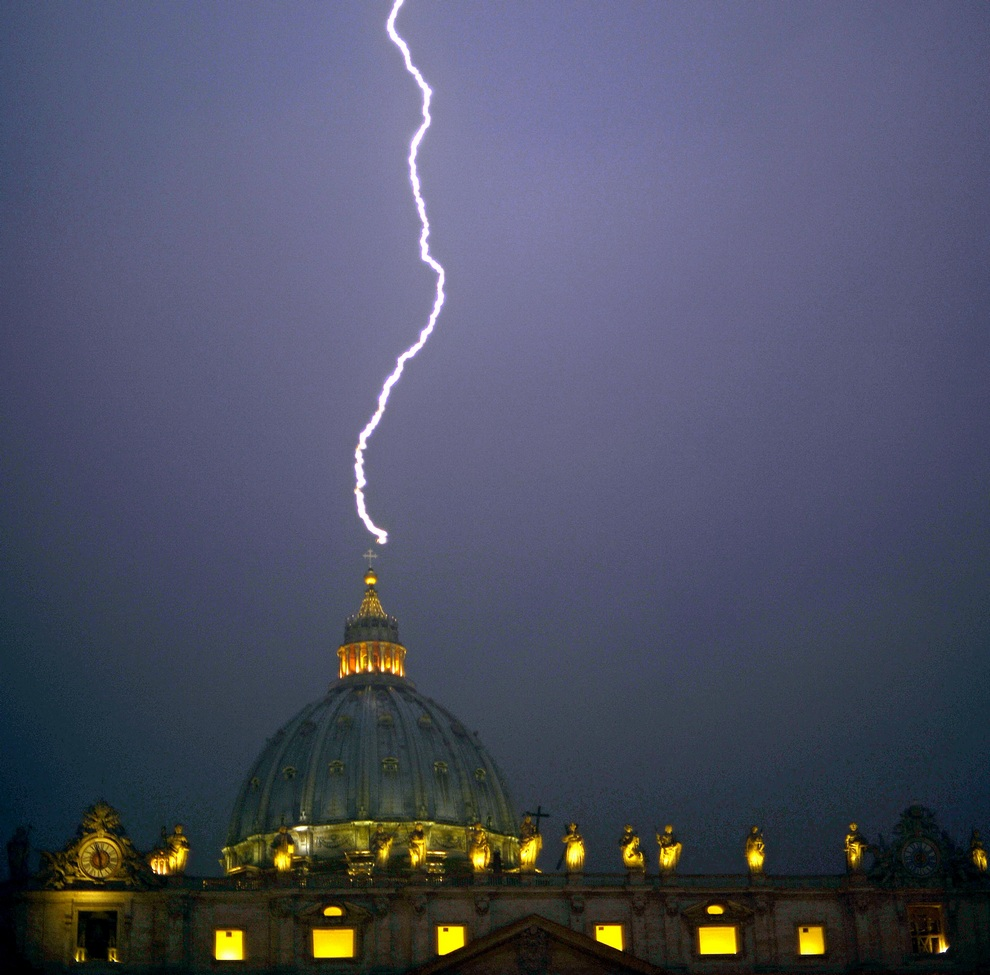 Небеса отреагировали на отречение Папы Римского (3 фото)