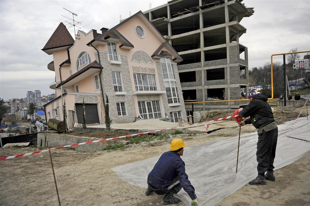 Из-за обвала тоннеля в Сочи просел особняк (2 фото)