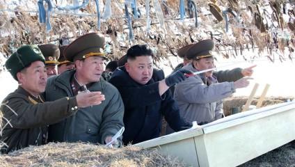 Ким Чен Ын посетил восточную «линию фронта» у острова Пэннёндо (4 фото)