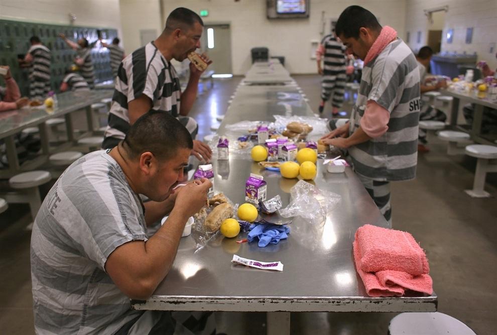 «Тент-Сити» — последняя остановка перед депортацией (5 фото)