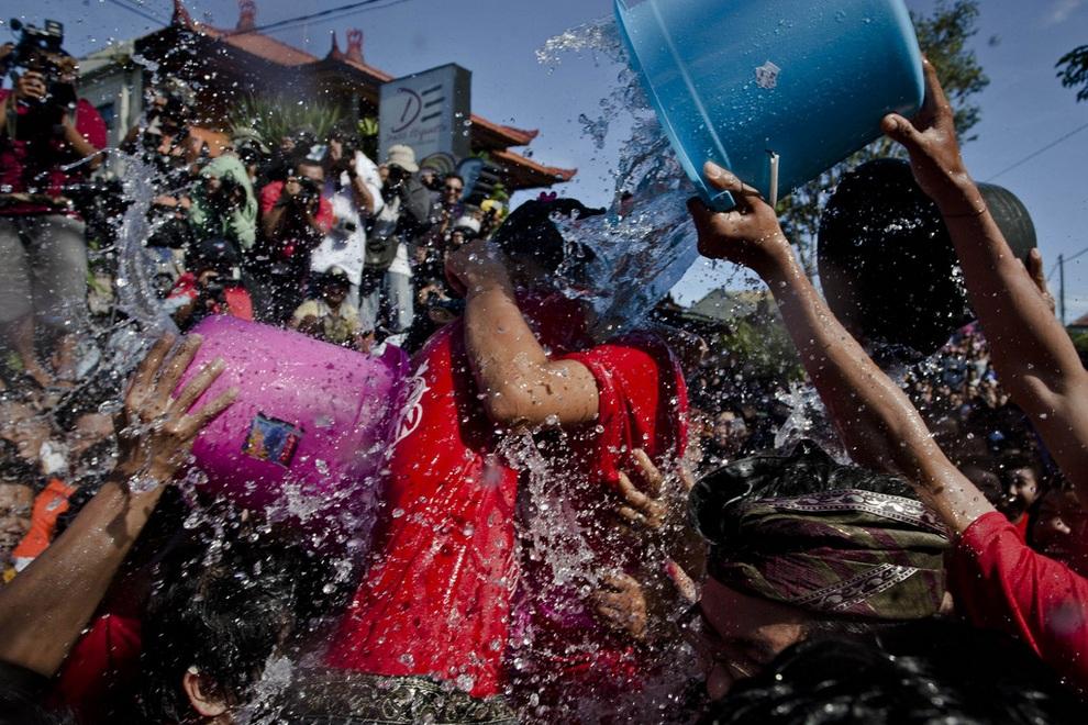 Фестиваль поцелуев на Бали. (Ulet Ifansasti/Getty Images)