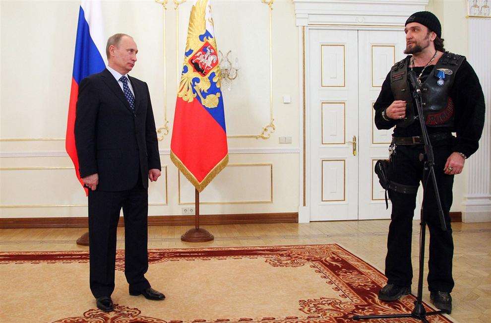 Владимир Путин вручил Орден Почёта байкеру «Хирургу» (3 фото)