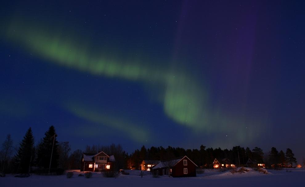 Северное сияние над шведской деревенькой (10 фото)