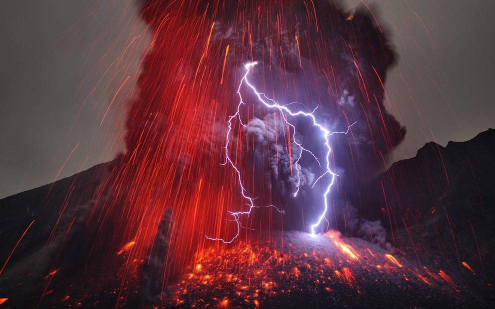 «Молниеносное» извержение вулкана Сакурадзима (2 фото)