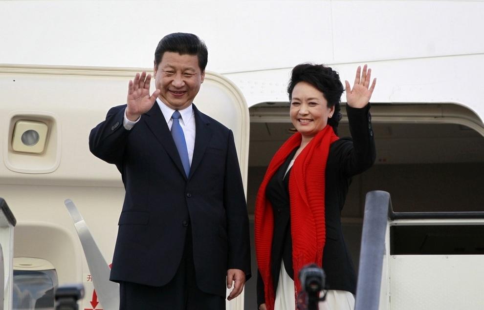 Председатель КНР Си Цзиньпин и его жена Пэн Лиюань в Международном аэропорту Джулиуса Ньерере, Дар-эс-Салам, Танзания, 25 марта 2013 года. (REUTERS/Thomas Mukoya)