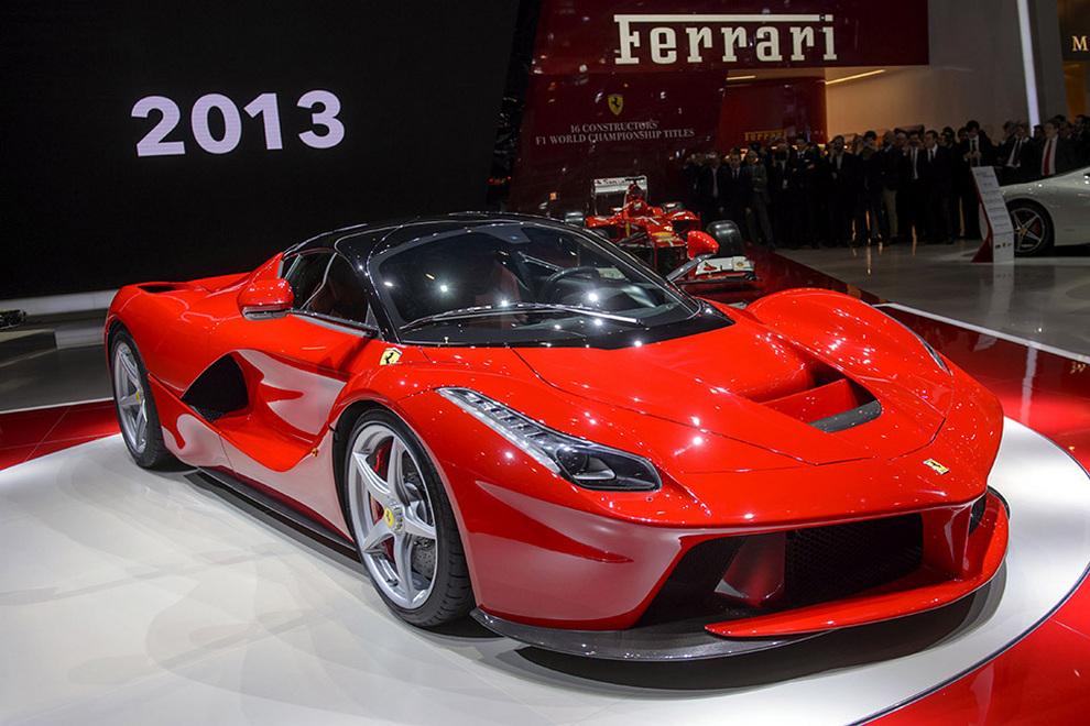 Ferrari LaFerrari: Гибридный красный «жеребец» (7 фото + видео)
