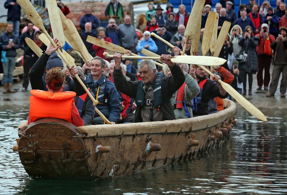 Британцы построили и испытали лодку бронзового века (4 фото)