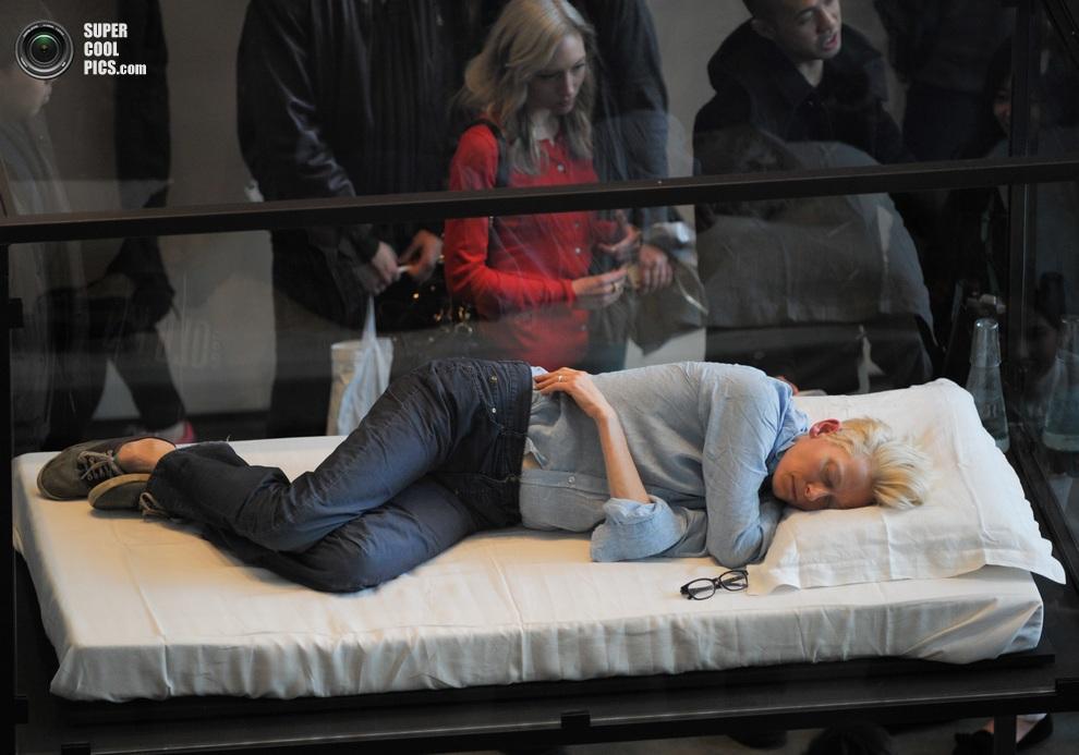 Тильда Суинтон внутри стеклянного бокса в Музее современного искусства, Нью-Йорк, США. (JB Nicholas/Splash News)