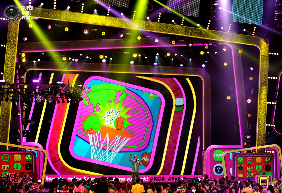 Ведущий Джош Дюамель открывает 26-ю церемонию вручения премии «Детский выбор», Лос-Анджелес, штат Калифорния, США. (John Shearer/Invision)