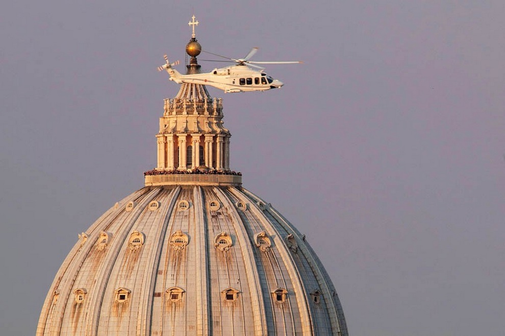 Куда переехал экс-Папа Римский? (8 фото)