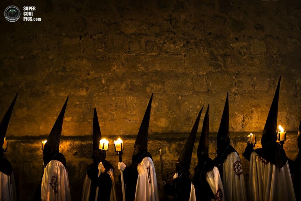 Кающиеся грешники братства «Хесус-эн-су-Терсера-Каида». (AP Photo/Daniel Ochoa de Olza)