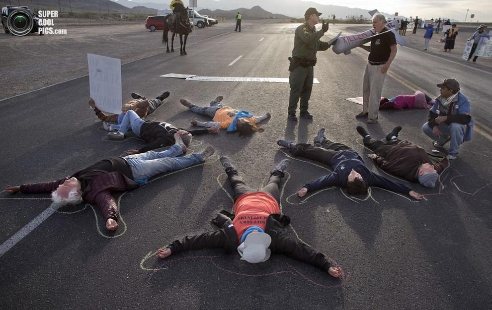 Антидроновые демонстрации на въезде к базе ВВС США «Крич», штат Невада, США. (AP Photo/Julie Jacobson)