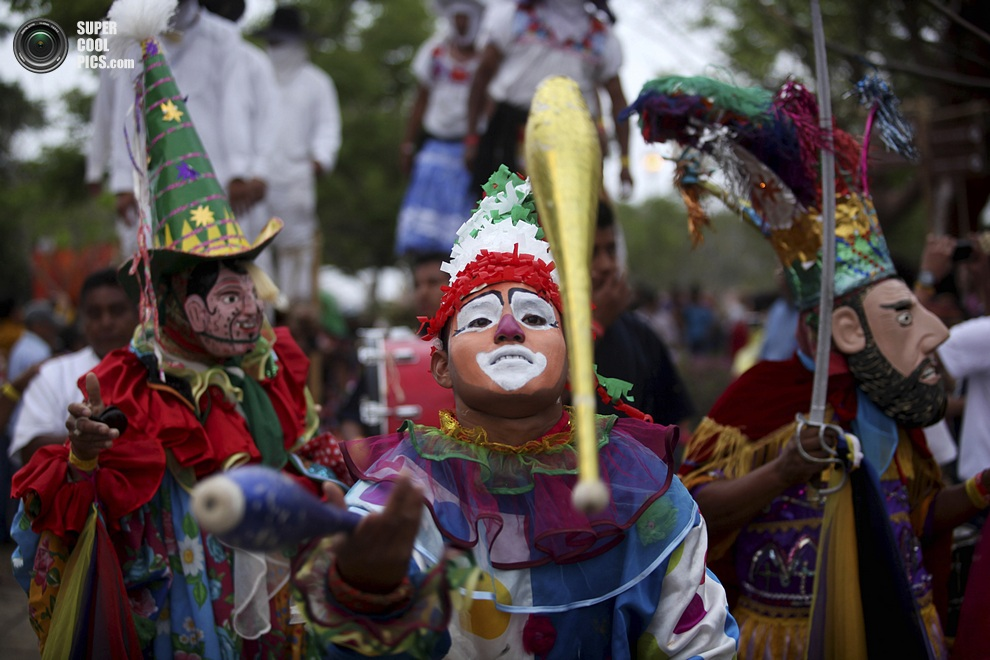 Клоуны-жонглёры «Лос-Маромерос-Сапотекос-де-Санта-Тереза-Шокьяпа». (AP Photo/Felix Marquez)