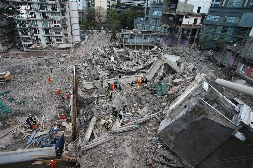 Начало поисково-спасательных работ на месте крушения жилого дома, Чэнду, провинция Сычуань, Китай. (ChinaFotoPress/Getty Images)