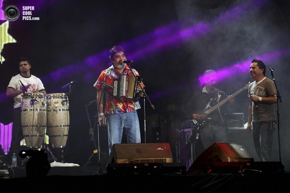 Мексиканский музыкант Сельсо Пинья (Celso Pina) и его группа на главной сцене фестиваля. (AP Photo/Felix Marquez)
