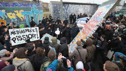 Берлинская стена под угрозой (4 фото)