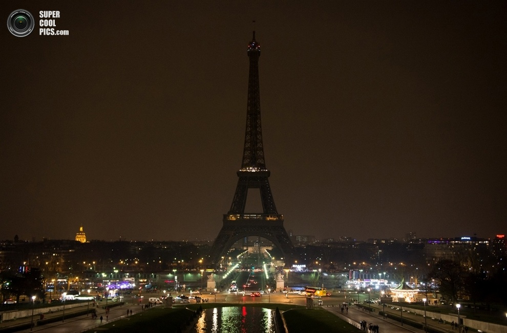 Эйфелева башня без подсветки. (BERTRAND LANGLOIS/AFP/Getty Images)