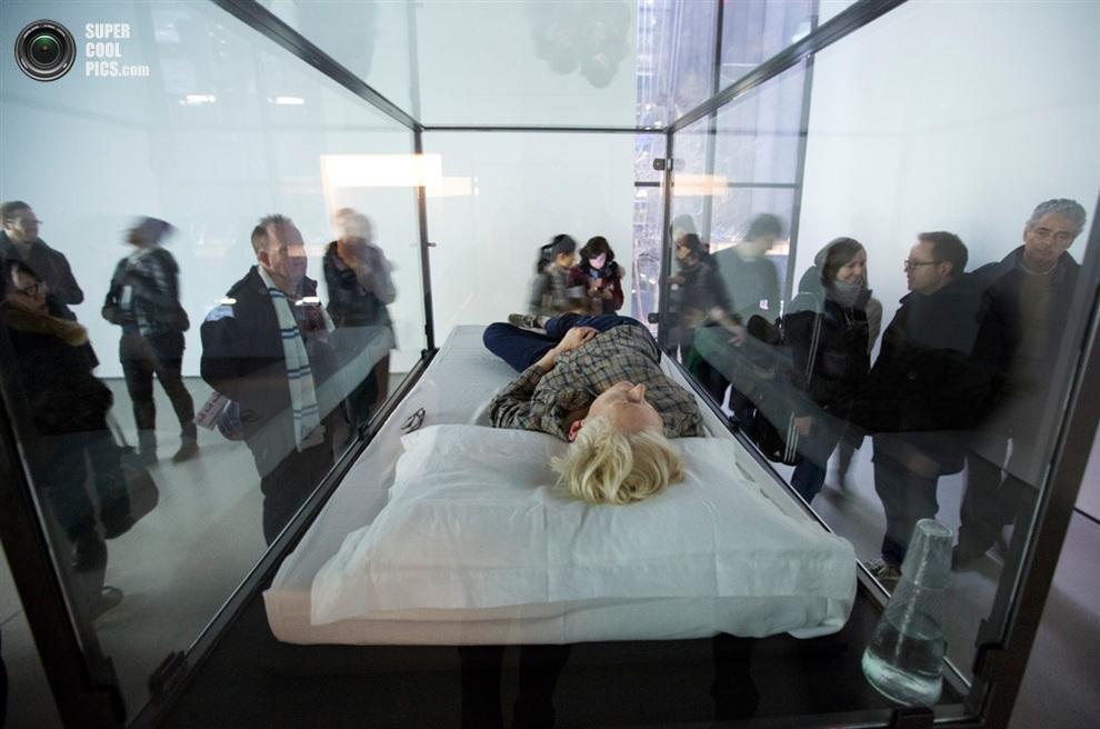 Актриса большую часть времени просто спит — вот такое современное искусство. (AP Photo/Richard Drew)