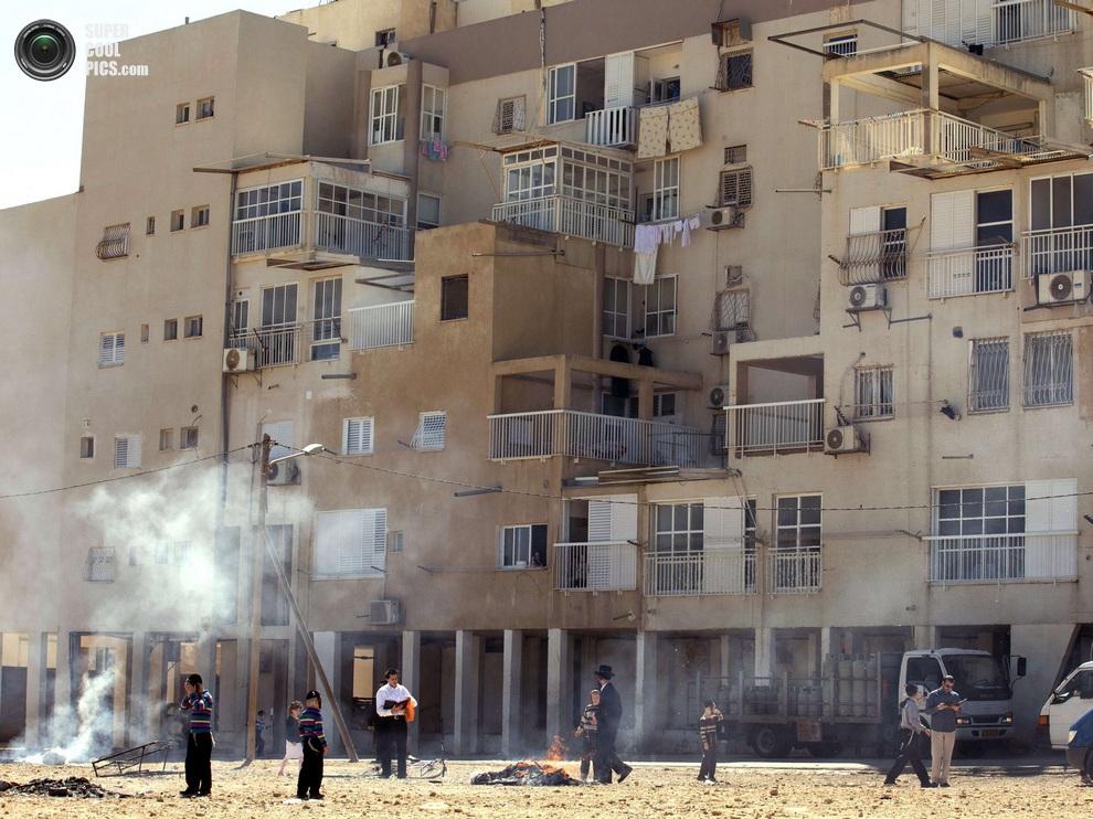 Сожжение хамеца, Нетания, Израиль, 25 марта 2013 года. Стоит отметить, что во время этого ритуала глава семьи объявляет «недействительным» любой хамец, который не был найден в ходе поисков. (JACK GUEZ/AFP/Getty Images)