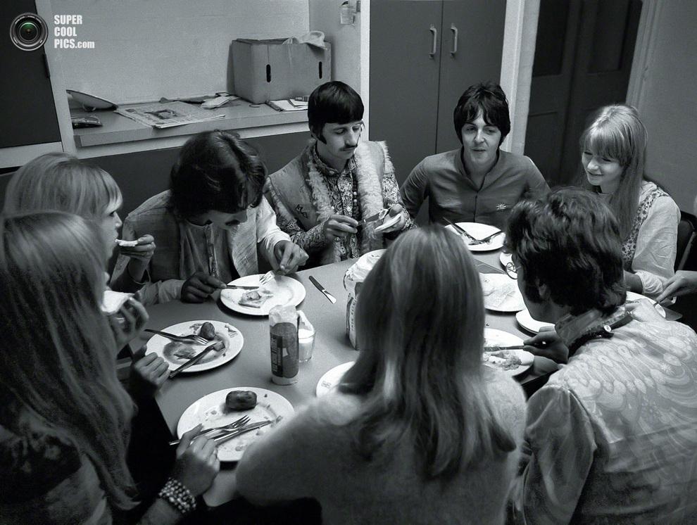 Джордж Харрисон (слева), Ринго Старр (в центре), Пол Маккартни (справа) и Джон Леннон (спиной к камере) за обеденным столом. (Henry Grossman)