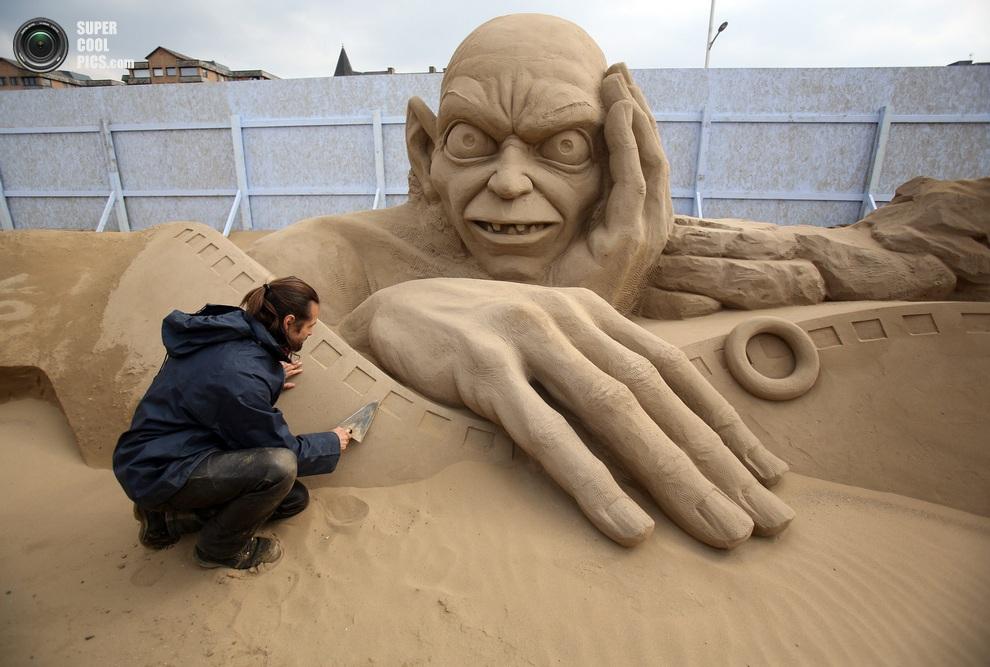 Чешский скульптор Радован Живный (Radovan Živný) работает над Голлумом — персонажем «Властелина Колец». (Matt Cardy/Getty Images)