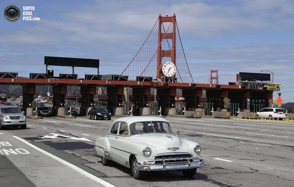 Олдтаймер марки Chevrolet мчит по мосту. (AP Photo/Eric Risberg)