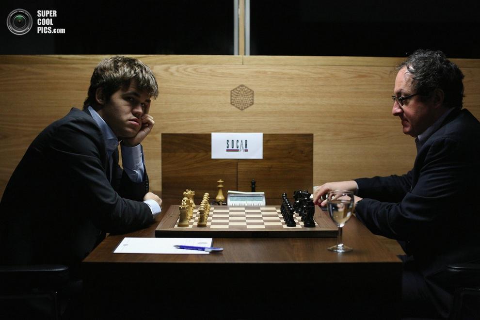 22-летний уникум Магнус Карлсен, обладатель самого высокого рейтинга в мире, против 44-летнего Бориса Гельфанда, пробившегося на турнир вопреки всяким рейтингам. (Oli Scarff/Getty Images)