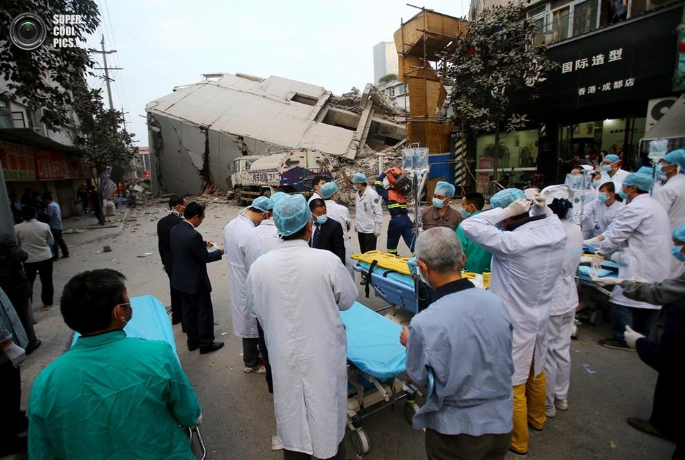Медики с носилками и капельницами у места крушения — пока что они просто ждут. (ChinaFotoPress/Getty Images)