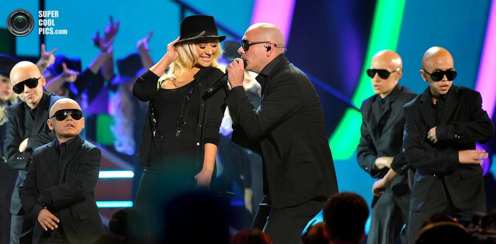 Кристина Агилера и Pitbull с молодой подтанцовкой. (John Shearer/Invision)