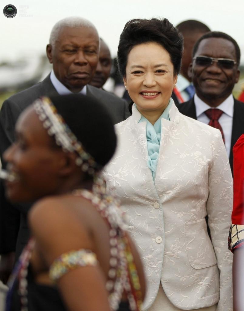 По прилёте в Дар-эс-Салам, Танзания, где председателя КНР Си Цзиньпина и его жену встречали народными танцами, 24 марта 2013 года. (REUTERS/Thomas Mukoya)