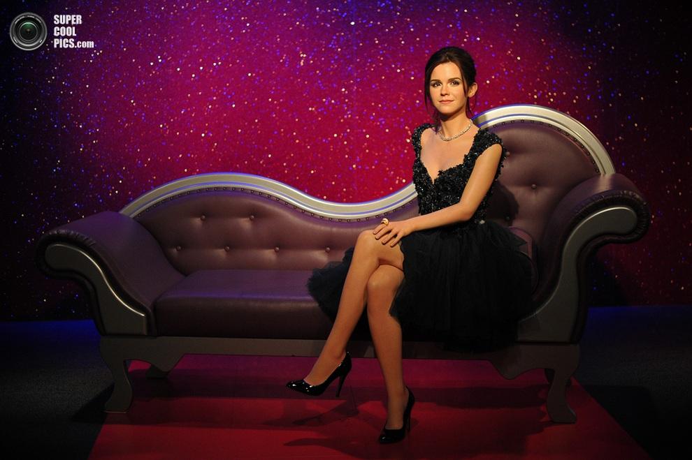 Восковая Эмма Уотсон на диване. Не отличить от живой! (CARL COURT/AFP/Getty Images)
