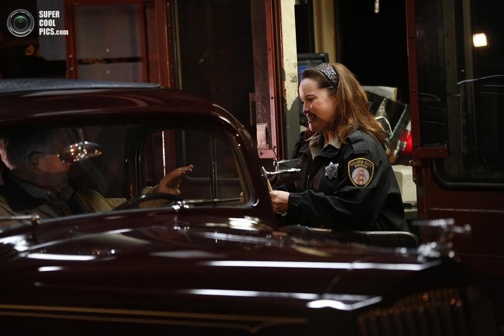 Мэрилин Альвардо (Marilyn Alvardo) взимает последний платёж. «Счастливчиком» стал Джим Эдди (Jim Eddie) за рулём винтажного Packard 1937 года. (REUTERS/Stephen Lam)