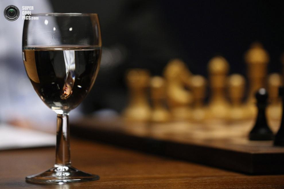 Бокал с водой, принадлежащий Гельфанду. Раньше подобные соревнования могли проводиться в дыму сигарет и не без алкоголя, но сейчас это всё больше спорт в его традиционном понимании. (Oli Scarff/Getty Images)