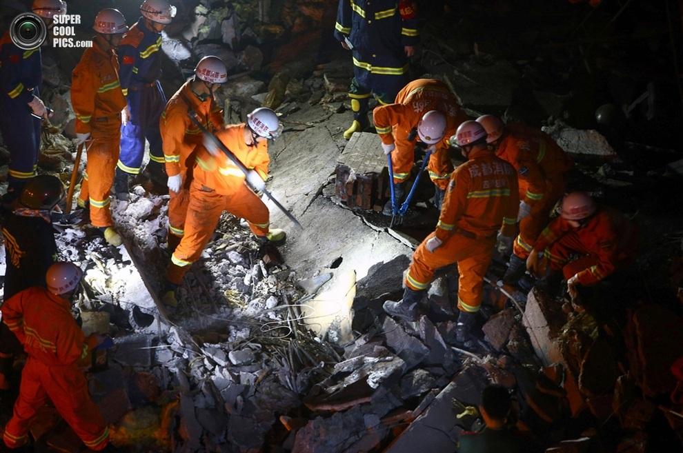 Ночные работы. Если под завалами еще есть живые люди, то с каждой секундой их шансы выжить уменьшаются. (ChinaFotoPress/Getty Images)